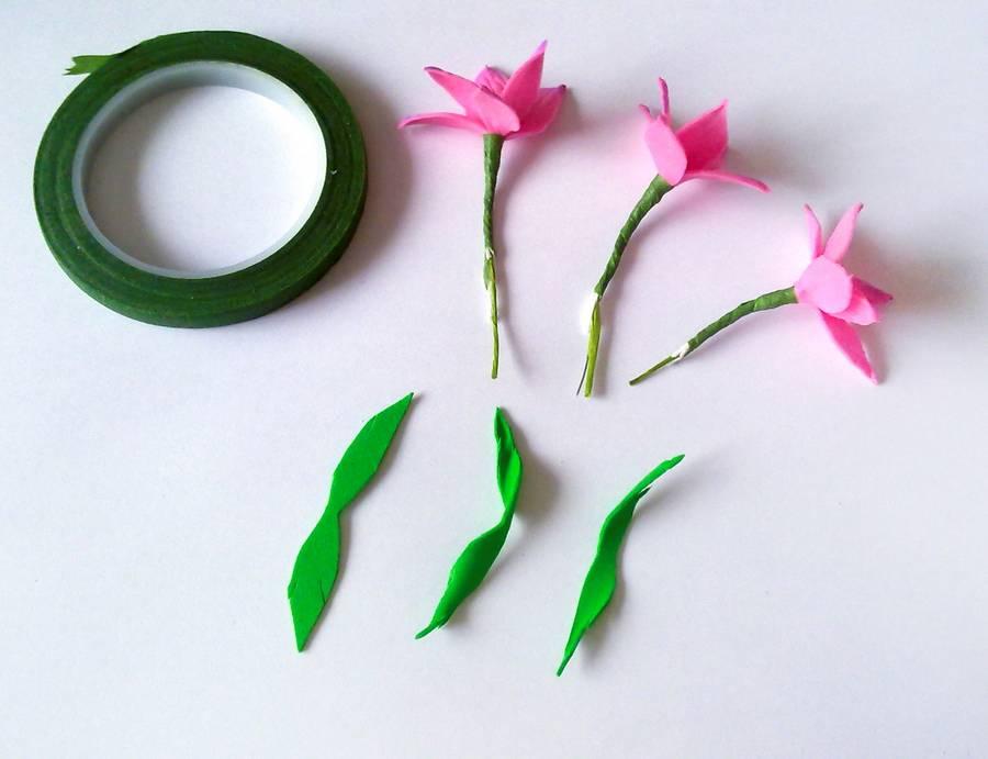 Изготовление резинки для волос с яркими цветами из фоамирана шаг 6