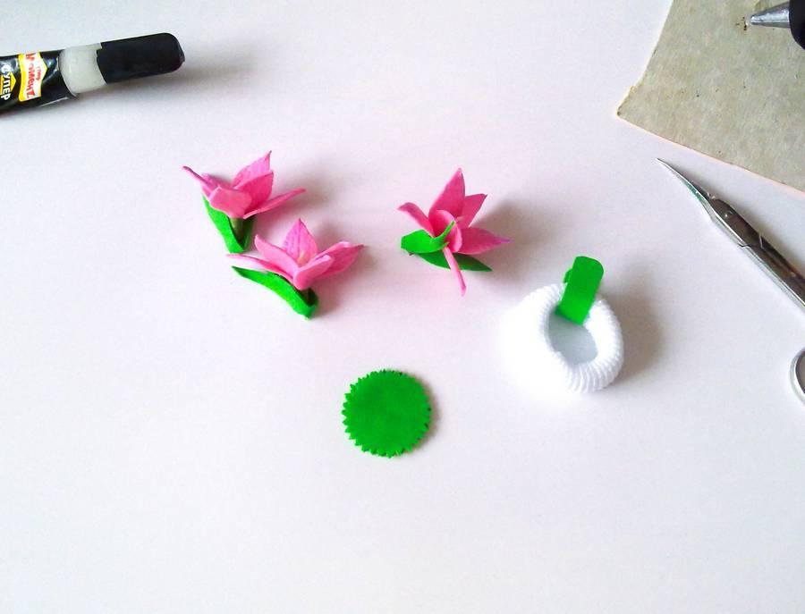 Изготовление резинки для волос с яркими цветами из фоамирана шаг 9