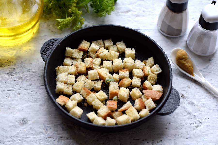 Приготовление салата с редисом, черри и сухариками шаг 4