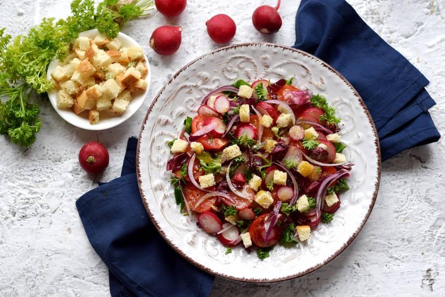 Салат с редисом, черри и сухариками