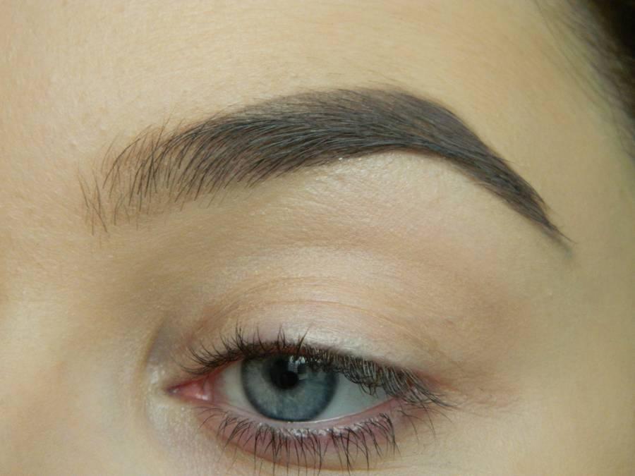 Выполнение макияжа глаз холодного смоки в синих тонах шаг 1