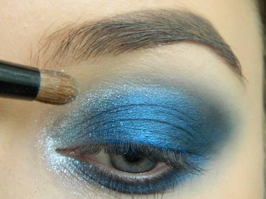 Выполнение макияжа глаз холодного смоки в синих тонах шаг 10