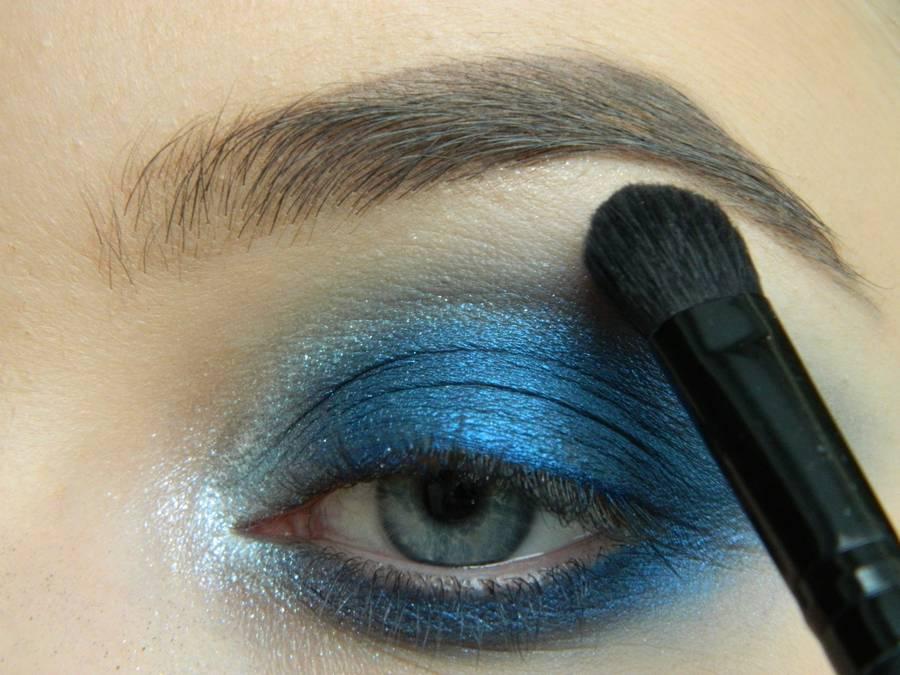 Выполнение макияжа глаз холодного смоки в синих тонах шаг 11