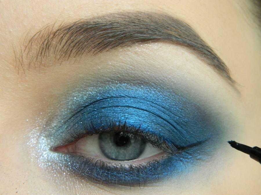 Выполнение макияжа глаз холодного смоки в синих тонах шаг 12