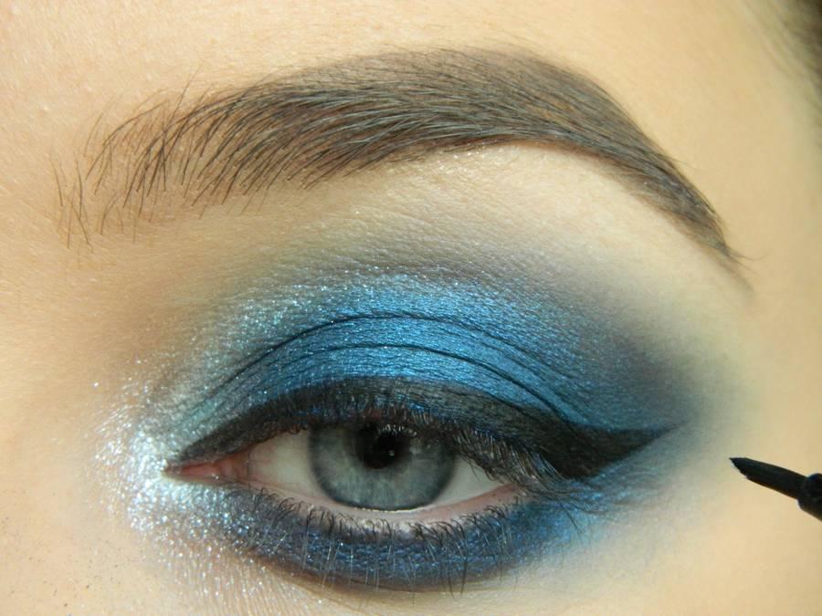 Выполнение макияжа глаз холодного смоки в синих тонах шаг 13