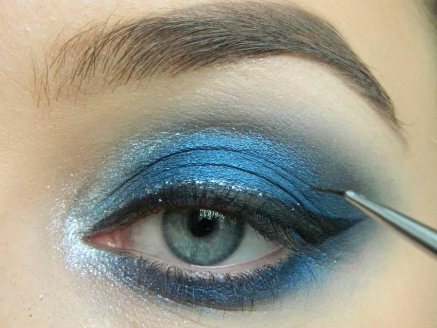 Выполнение макияжа глаз холодного смоки в синих тонах шаг 14