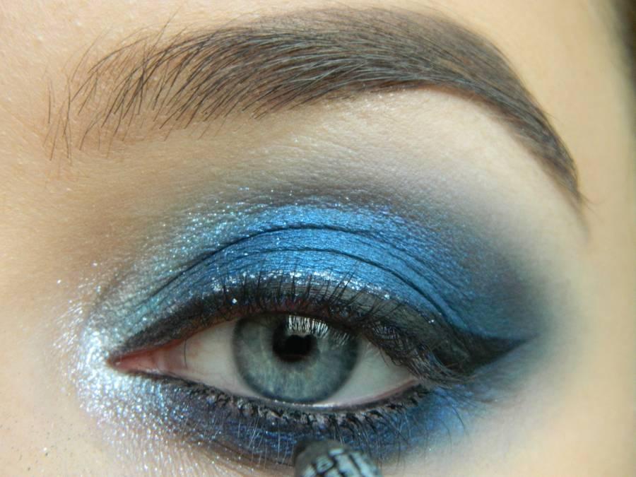Выполнение макияжа глаз холодного смоки в синих тонах шаг 15