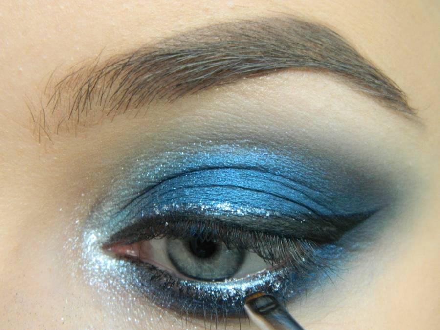 Выполнение макияжа глаз холодного смоки в синих тонах шаг 16