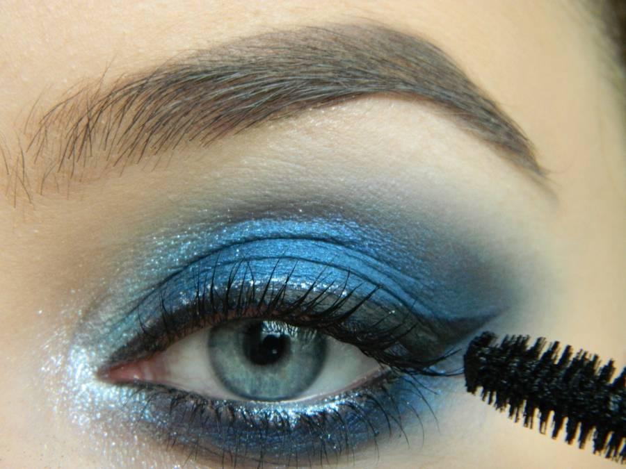 Выполнение макияжа глаз холодного смоки в синих тонах шаг 17