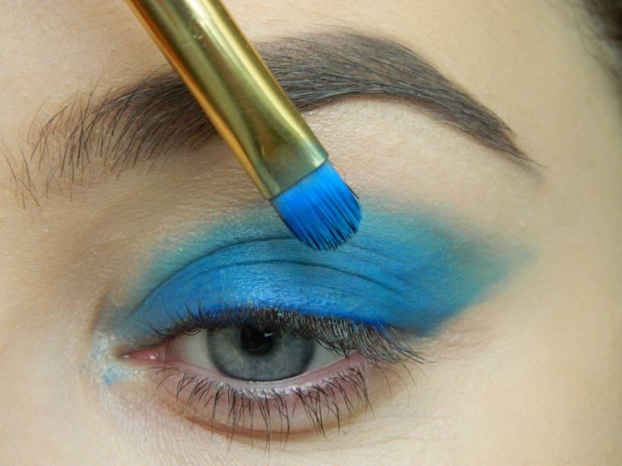 Выполнение макияжа глаз холодного смоки в синих тонах шаг 2