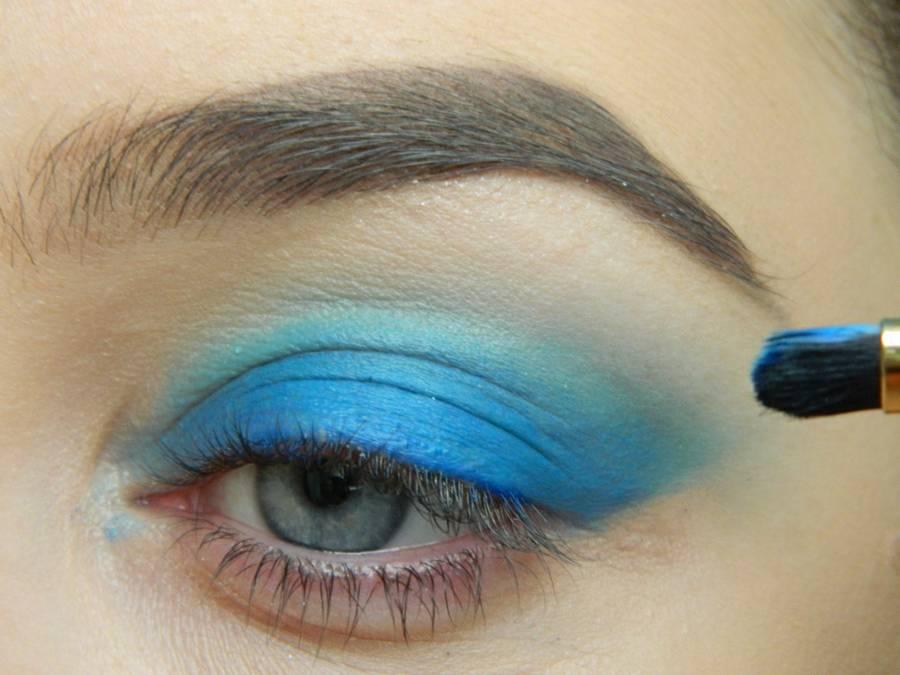 Выполнение макияжа глаз холодного смоки в синих тонах шаг 3