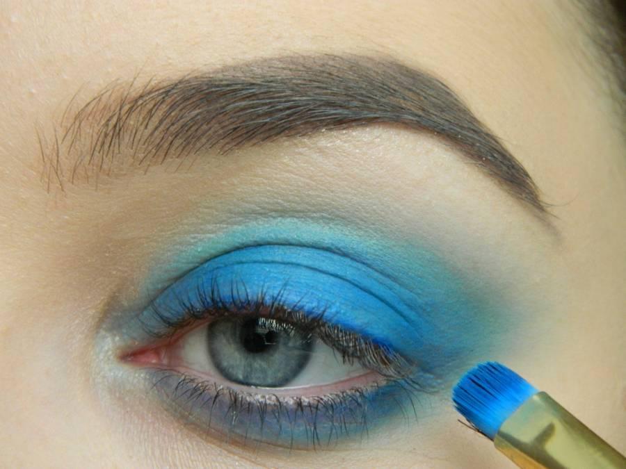 Выполнение макияжа глаз холодного смоки в синих тонах шаг 4