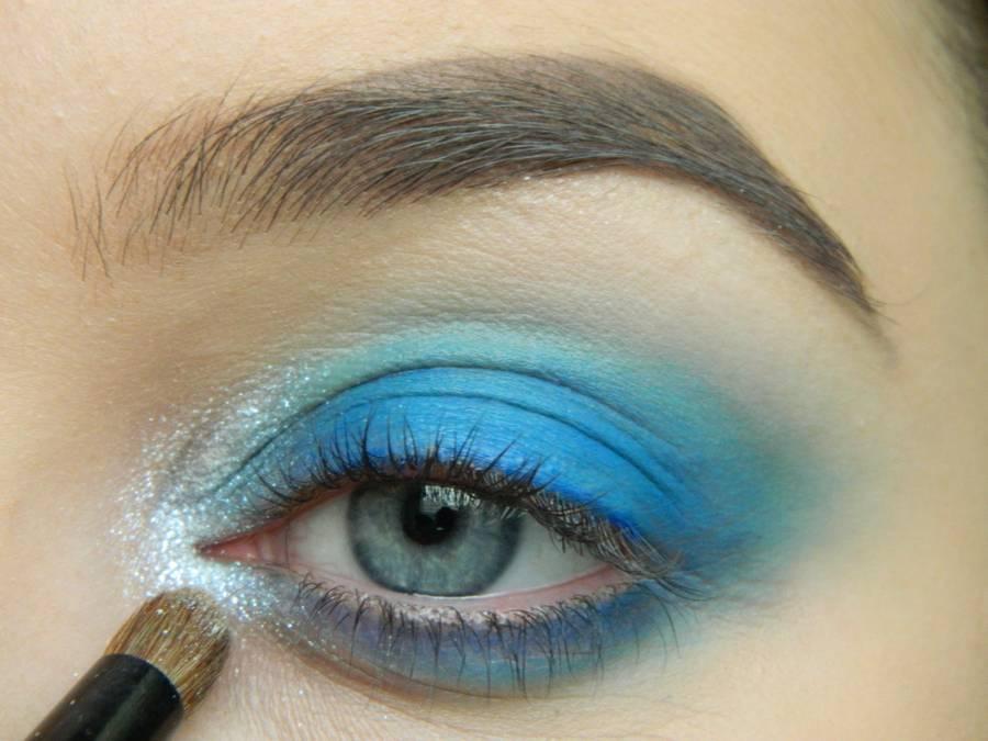 Выполнение макияжа глаз холодного смоки в синих тонах шаг 5