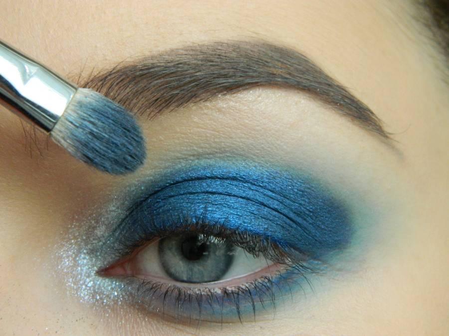 Выполнение макияжа глаз холодного смоки в синих тонах шаг 6
