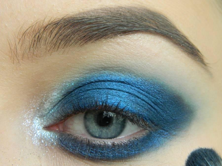 Выполнение макияжа глаз холодного смоки в синих тонах шаг 7