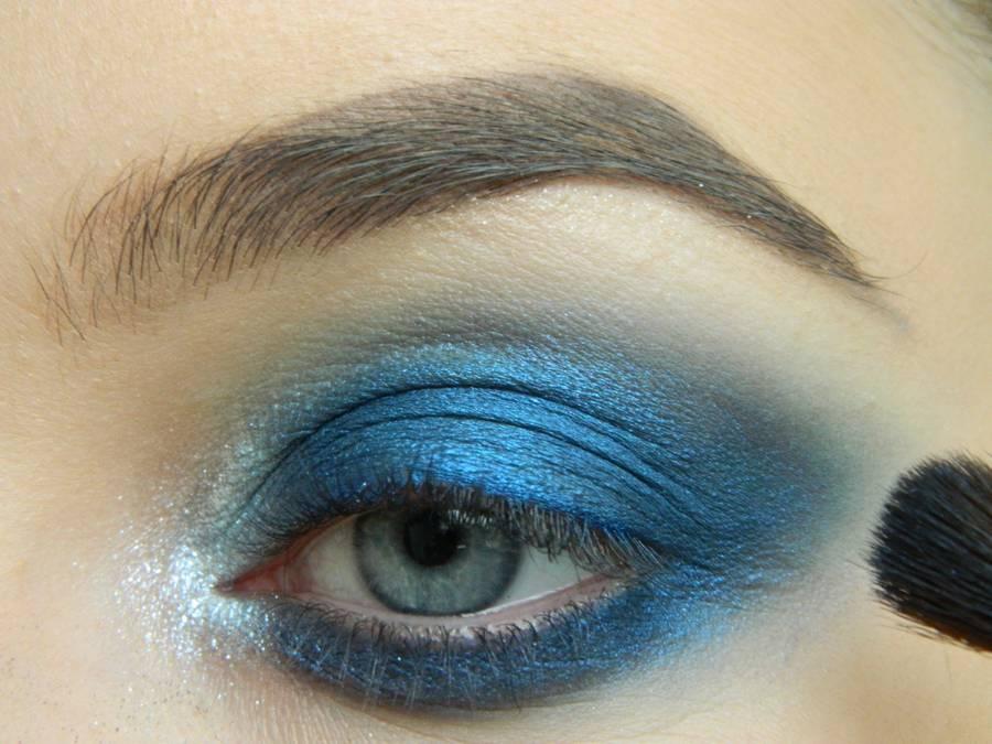 Выполнение макияжа глаз холодного смоки в синих тонах шаг 8