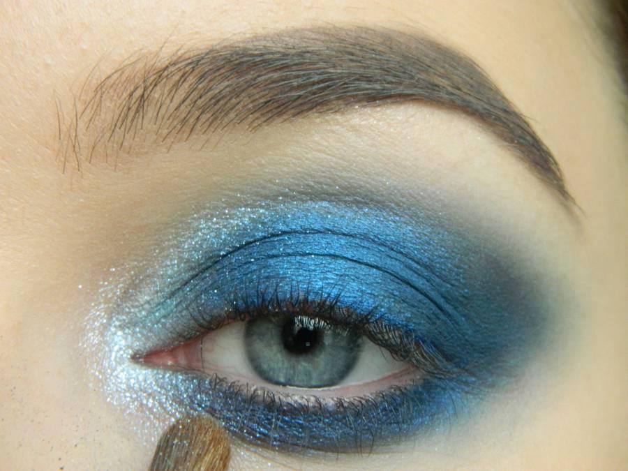 Выполнение макияжа глаз холодного смоки в синих тонах шаг 9