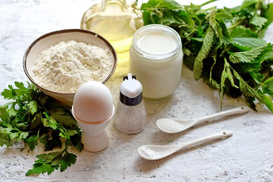 Ингредиенты оладий с крапивой