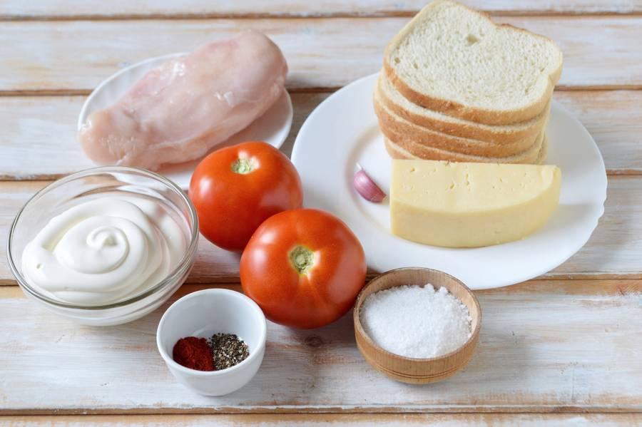 Ингредиенты куриного салата с помидорами и сухариками