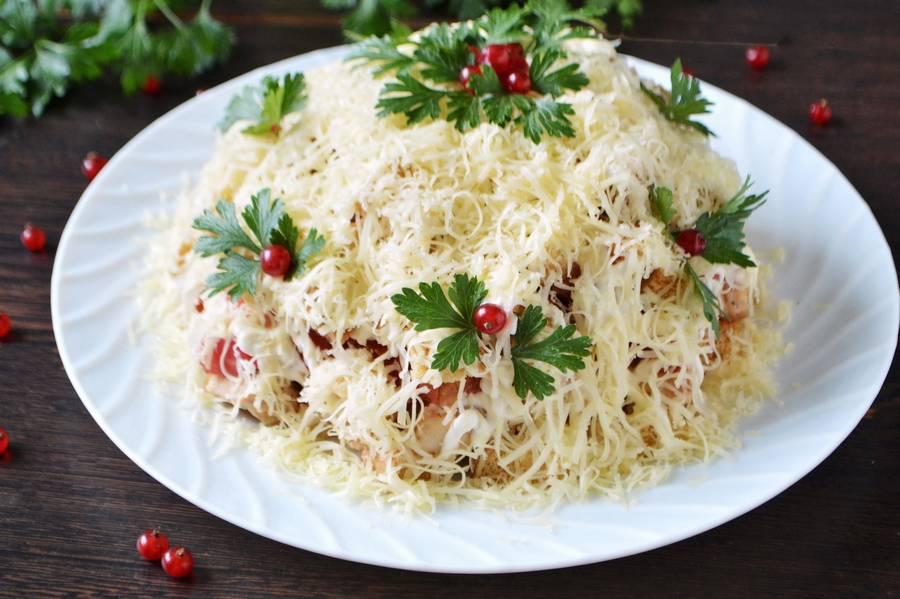 Куриный салат с помидорами и сухариками