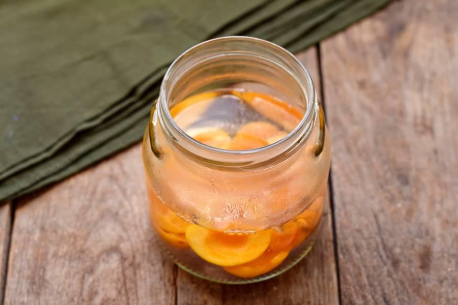 Приготовление абрикосового компота по методу тройной заливки шаг 5