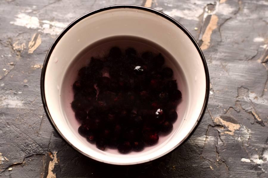 Приготовление компота из малины с черной смородиной шаг 1