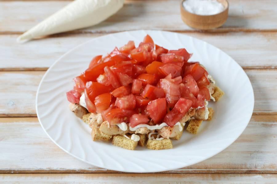 Приготовление салата с курицей, помидорами, сухариками шаг 8