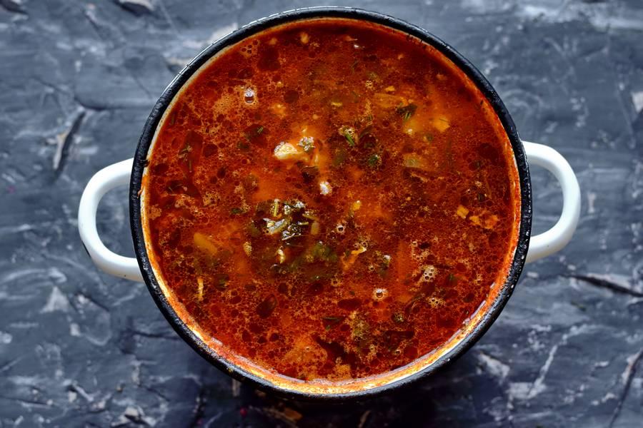 Приготовление томатного супа с крапивой и яйцами шаг 10