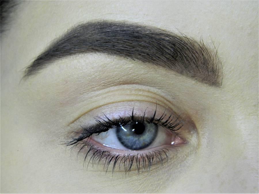 Создание сияющего макияжа в серых тонах шаг 1