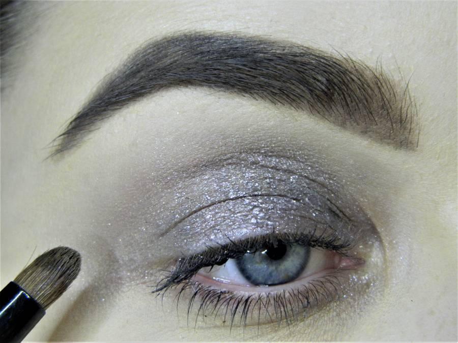 Создание сияющего макияжа в серых тонах шаг 2