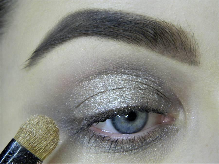 Создание сияющего макияжа в серых тонах шаг 3