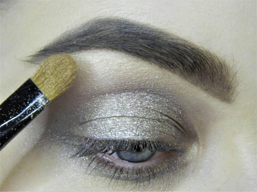 Создание сияющего макияжа в серых тонах шаг 4