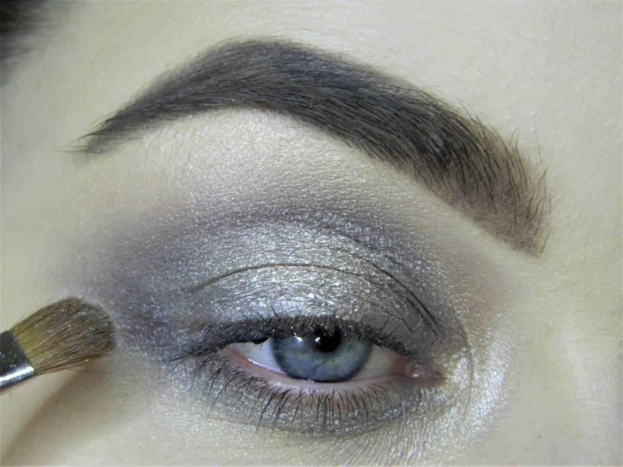 Создание сияющего макияжа в серых тонах шаг 5
