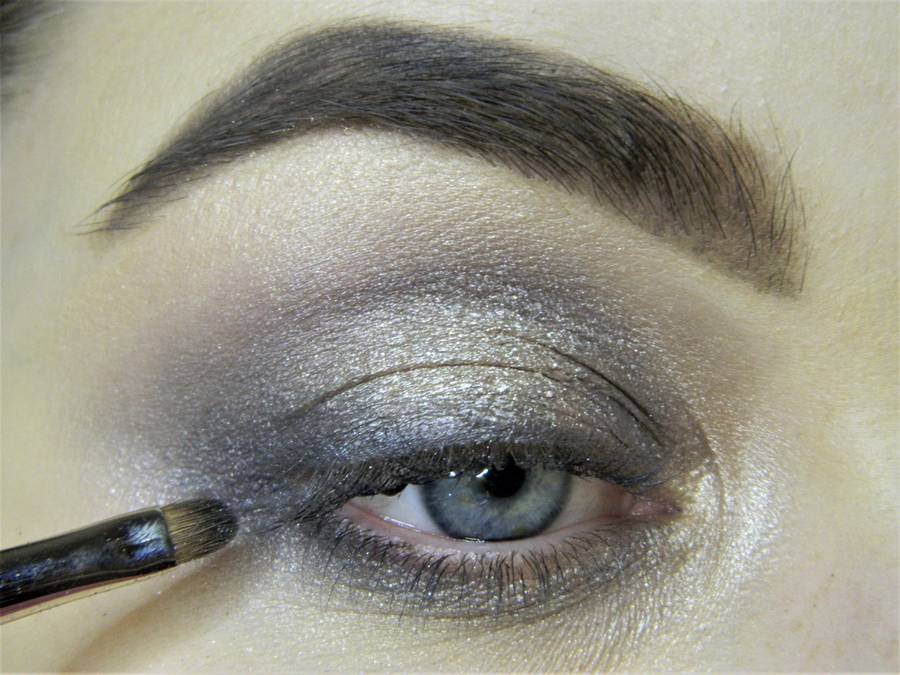 Создание сияющего макияжа в серых тонах шаг 6