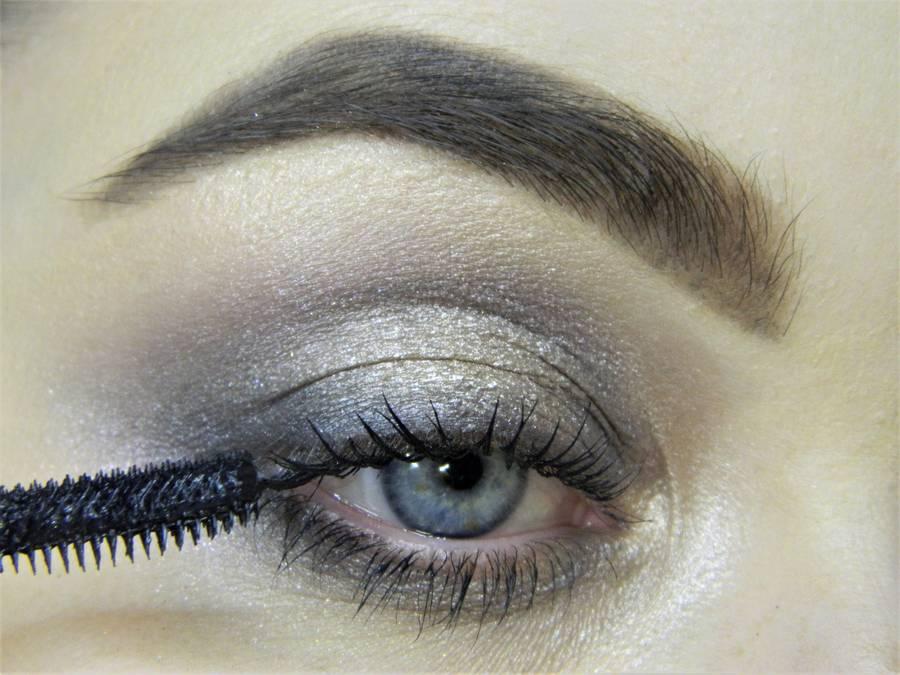 Создание сияющего макияжа в серых тонах шаг 7
