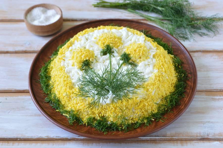 Слоеный салат Одуванчик