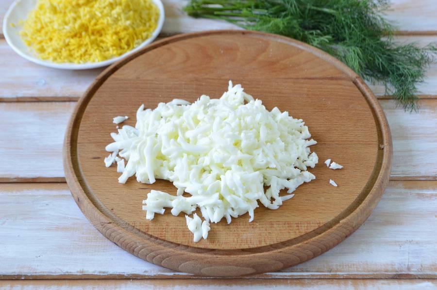 Приготовление слоеного салата Одуванчик шаг 3