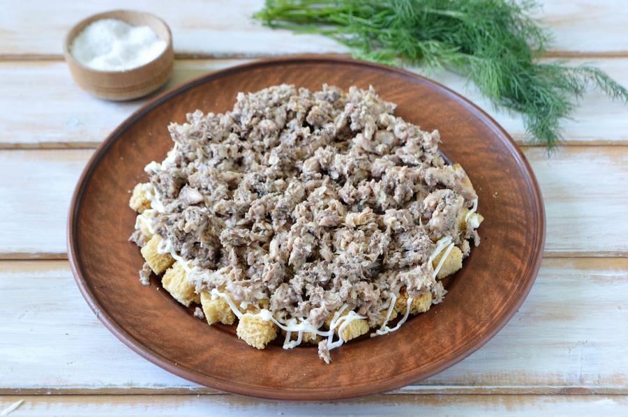 Приготовление слоеного салата Одуванчик шаг 8