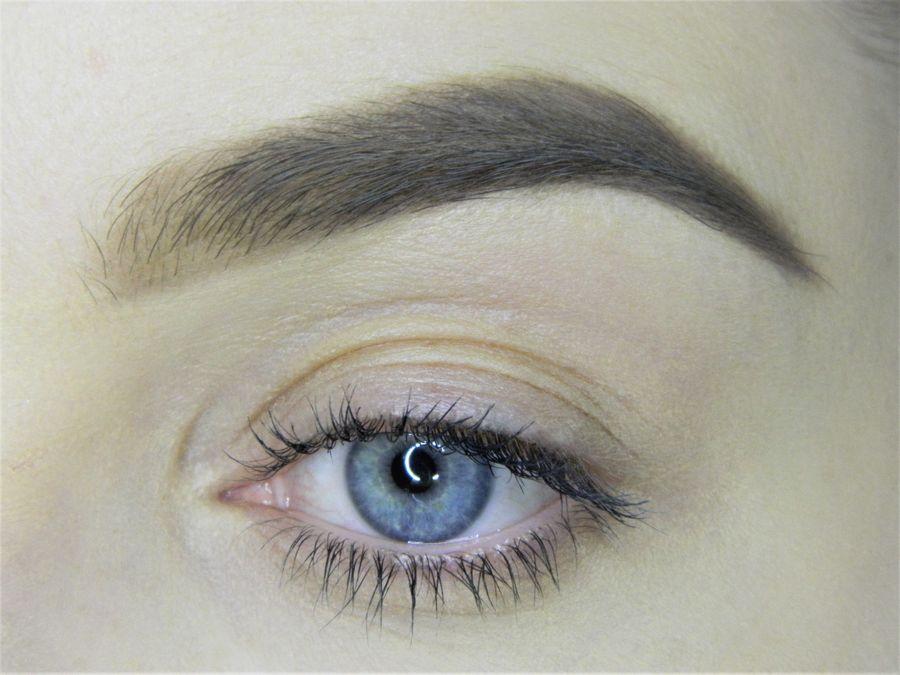 Выполнение неонового макияжа глаз шаг 1