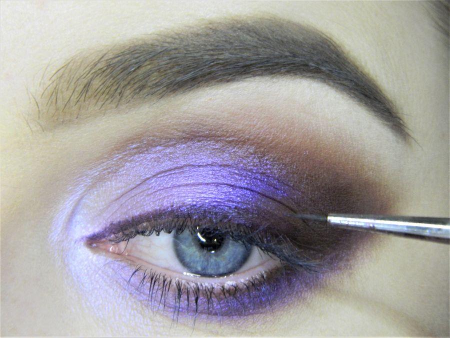 Выполнение неонового макияжа глаз шаг 10