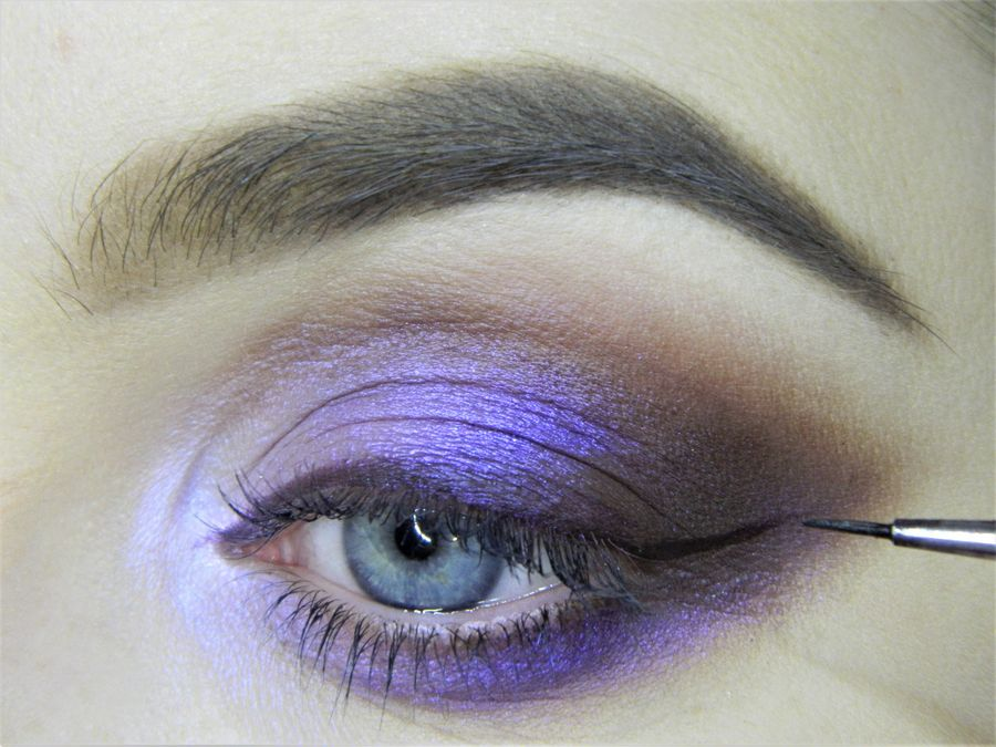 Выполнение неонового макияжа глаз шаг 11