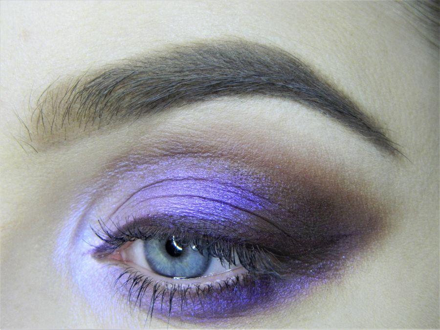 Выполнение неонового макияжа глаз шаг 12