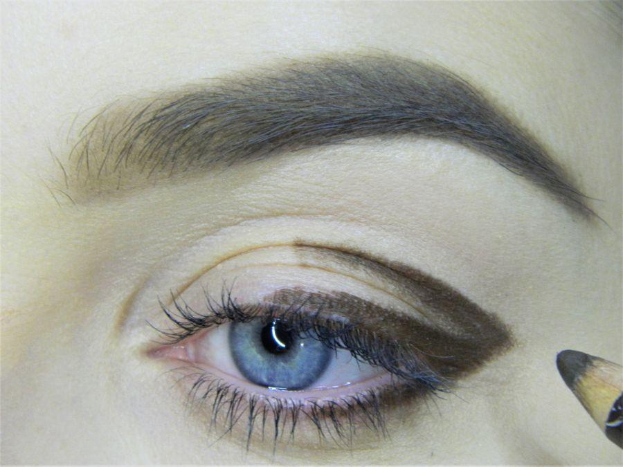 Выполнение неонового макияжа глаз шаг 2