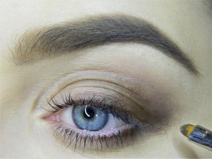 Выполнение неонового макияжа глаз шаг 3
