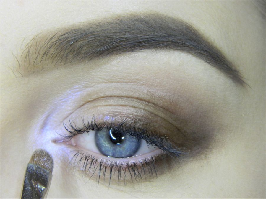 Выполнение неонового макияжа глаз шаг 4