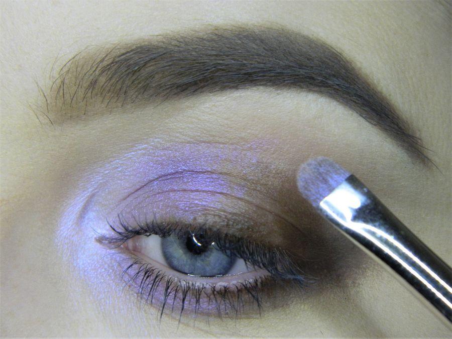 Выполнение неонового макияжа глаз шаг 5