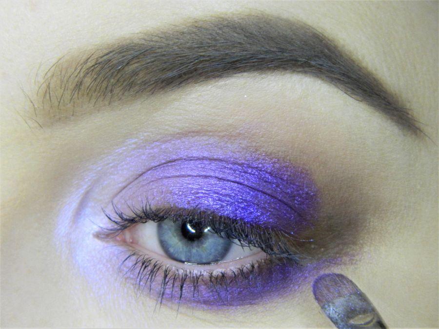 Выполнение неонового макияжа глаз шаг 6