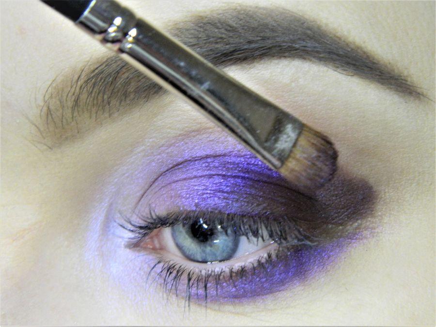 Выполнение неонового макияжа глаз шаг 7