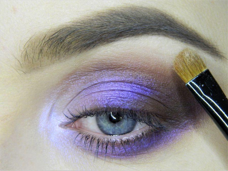 Выполнение неонового макияжа глаз шаг 9