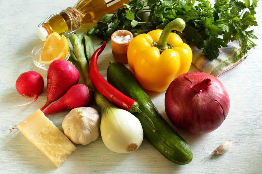 Ингредиенты овощного салата с твердым сыром